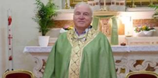 Don Marco il parrocco sommerso di richieste da stranieri decide di cambiare canonica