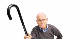 pensionato che agita un bastone