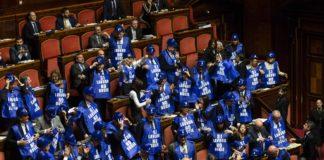 La protesta dei senatori di Forza Italia contro il decretone
