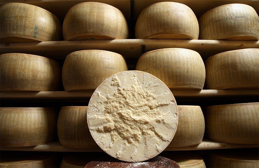 Forme di Parmigiano Reggiano, fra il cibo italiano più copiato