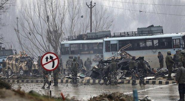 Kashmir, attentato contro polizia