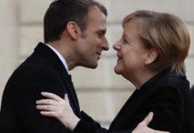 Abbraccio tra Merkel e Macron