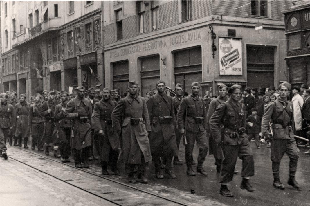 Partigiani titini sfilano