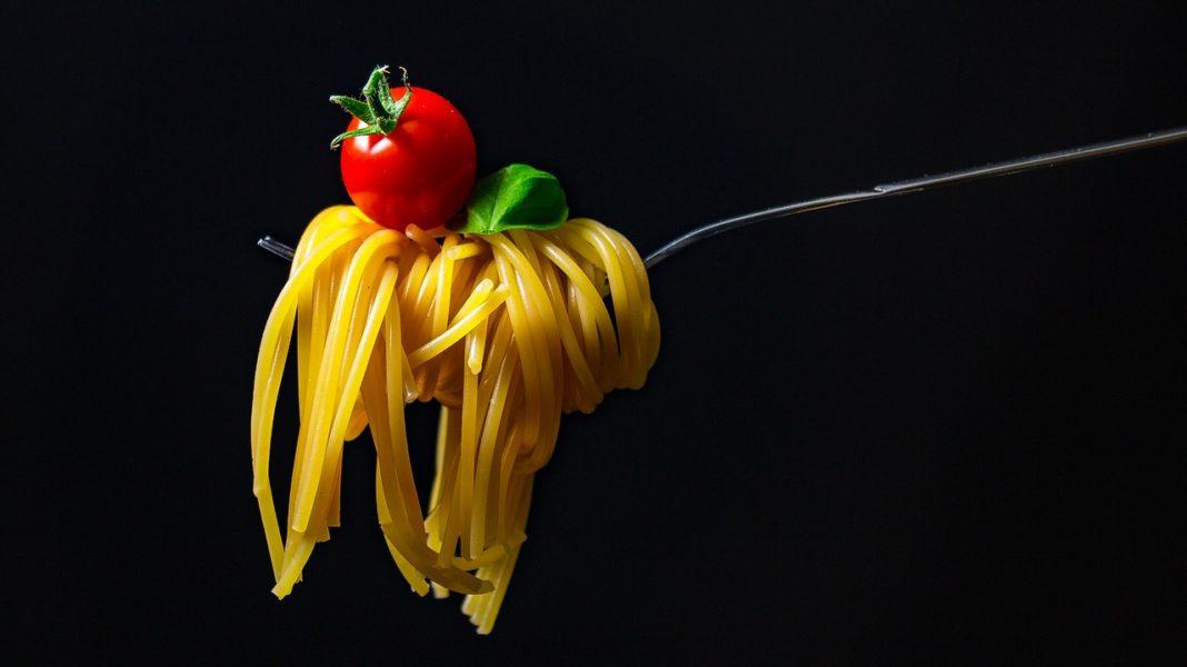 Un boccone di spaghetti, pomodoro e basilico. Tre prodotti italiani per il sovranismo alimentare.