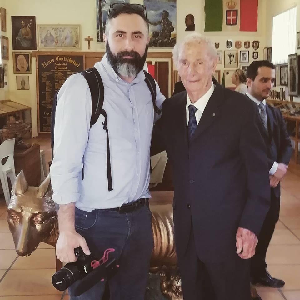 Il vice direttore del Primato Nazionale Davide Di Stefano insieme all'ultimo pw ancora in vita di Zonderwater Paolo Ricci