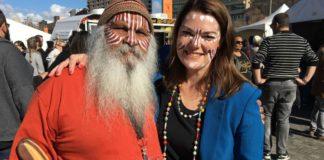 Un aborigeno australiano insieme a una donna bianca