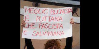 Una manifestante mostra cartello contro Salvini