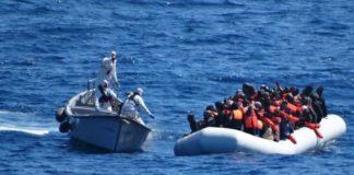 immagini di soccorritori a nave di immigrati