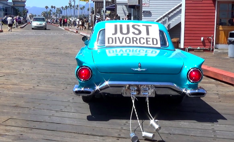 giudice sospende assegno di mantenimento a donna divorziata