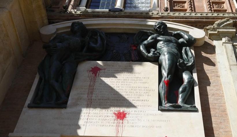 Bologna, vandali sfregiano monumento amore patrio