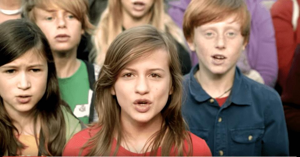 Gli studenti contro i cambiamenti climatici cantano una canzone che di base è Bella Ciao