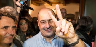 Zingaretti mostra il segno della vittoria
