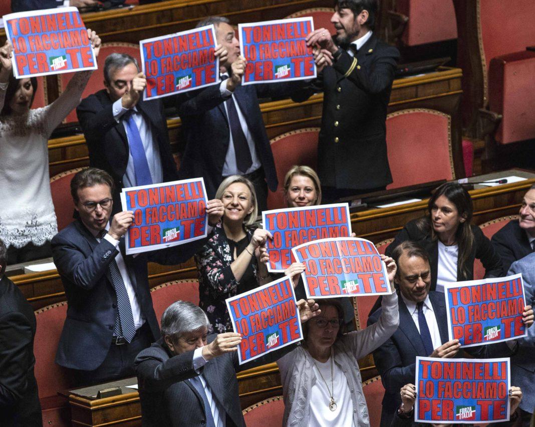 Protesta in Aula dei senatori di Forza Italia