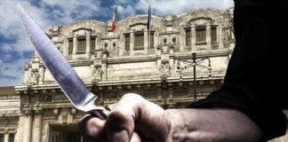 mano con coltello in mano davanti a stazione centrale milano