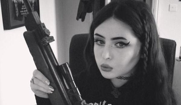 ritratto di alice cutter con fucile in mano