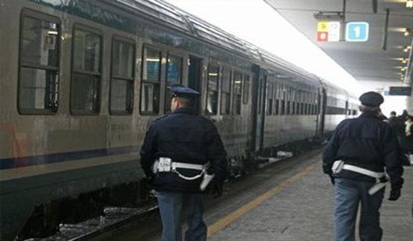 Carabinieri camminano vicino a un treno