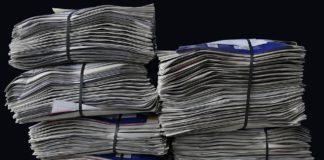 Pile di giornali. In Italia sono in crisi