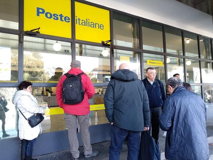 Persone in fila alla posta