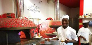 pizzaiolo africano davanti al forno