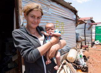 Una famiglia di bianchi nelle baraccopoli in Sud Africa