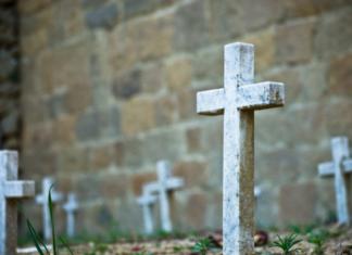 crocifissi oscurati cimitero