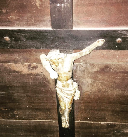 crocifisso vandalizzato