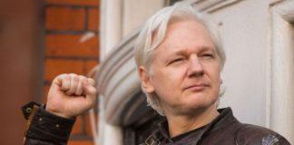 julian assange con pugno chiuso