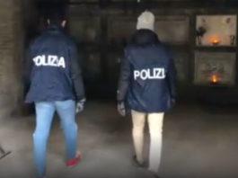 agenti di polizia nel verano alla ricerca di cocaina