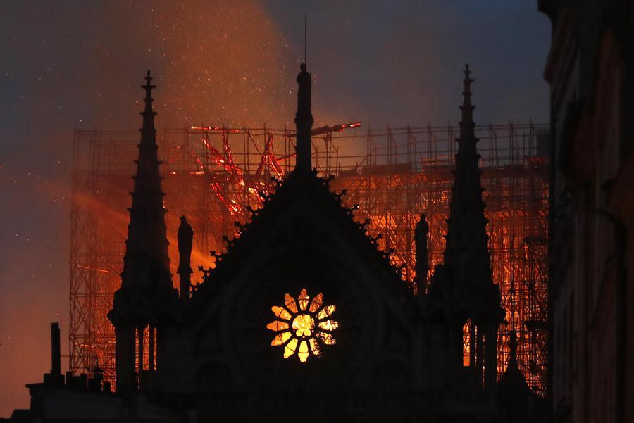 La cattedrale di Notre Dame avvolta dalle fiamme