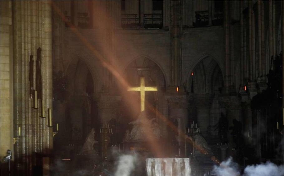 Altare e Croce di Notre Dame scampati all'incendio