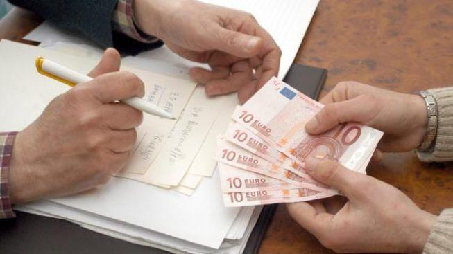 immagine di mani e soldi