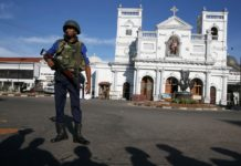 sri lanka polizia davanti chiesa