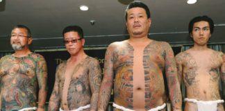 Membri di un clan della yakuza con i loro tipici tatuaggi