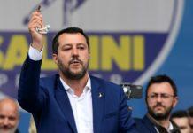 Salvini con il rosario ad un comizio