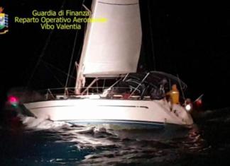54 immigrati barca a vela
