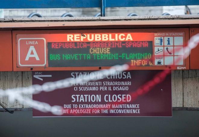 Roma, riapre metro Repubblica. Ma le scale mobili sono ancora rotte
