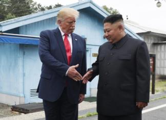 Trump e Kim Yong-un si stringono la mano al confine tra le due Coree