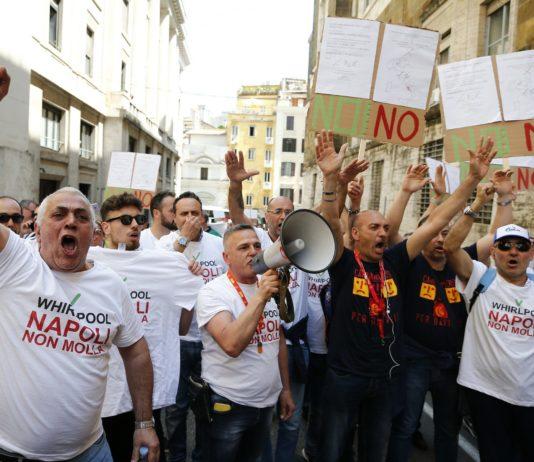 """Whirpool di Napoli, Di Maio agli operai: """"Nessuna chiusura"""""""