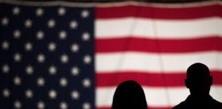 bandiera usa con due persone