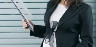 donna incinta sul posto di lavoro