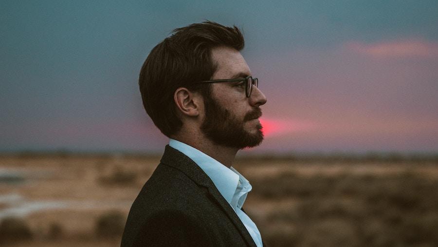 Immagine di profilo di un uomo in giacca