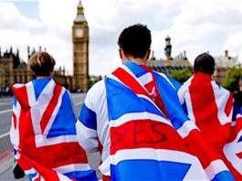 Uomini con bandiere inglesi