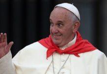 Papa Francesco con un fazzoletto rosso