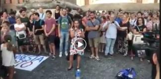 Una manifestazione a Roma in solidarietà con Carola Rackete