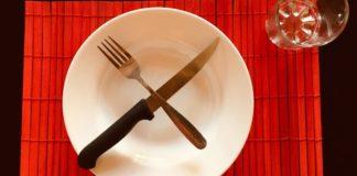 piatto vuoto con posate
