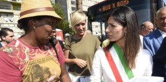 Virginia Raggi stringe la mano ad una donna di colore