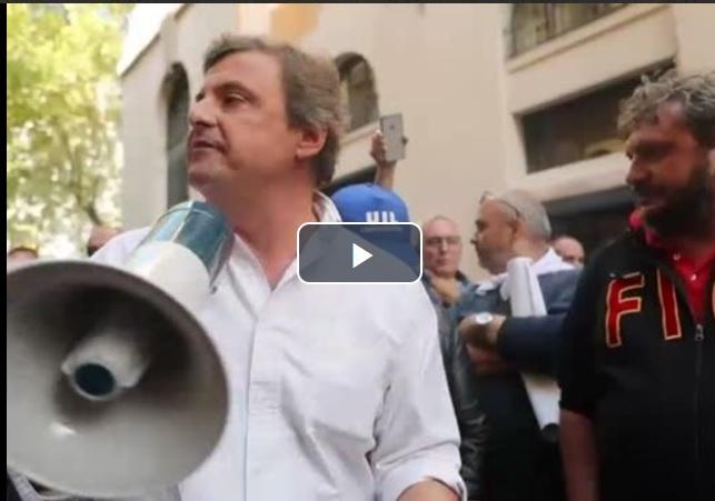 Carlo Calenda col megafono