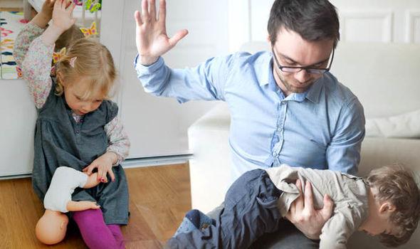 Uomo che sculaccia bambino