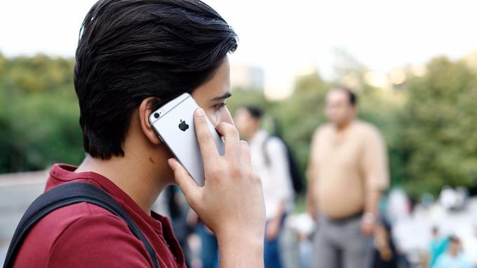 Ragazzo usa Iphone