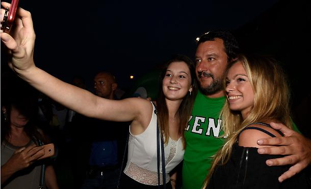 Matteo Salvini e due fan